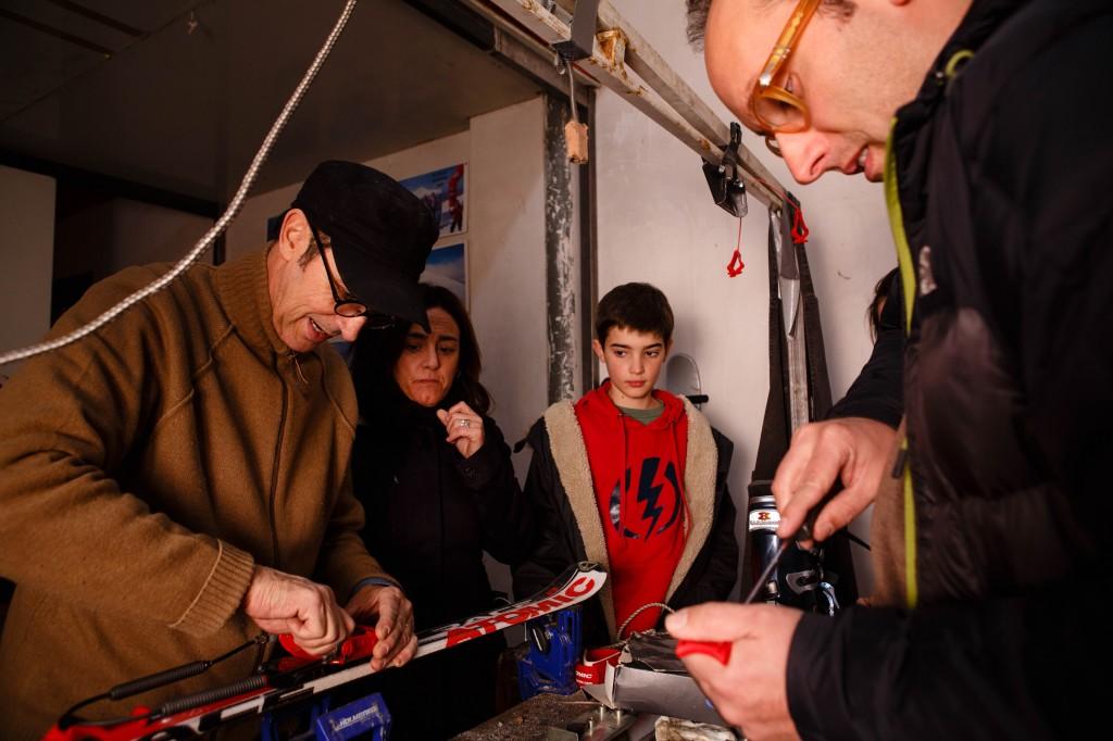 12/12/14 Preparando material en el taller de Torocuervo, Ezcaray, La Rioja, Spain. Foto de James Sturcke | www.sturcke.org